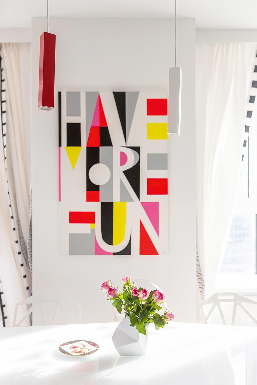 """Maľby vznikajú na jedálenskom stole, Andrea na to nemá žiadnu pracovňu či ateliér. Vjej tvorbe sa odráža to, čo sa odohráva vjej živote – obraz """"Have more fun"""" (Viac sa zabávaj) patrí do série smotivačnými nápismi."""
