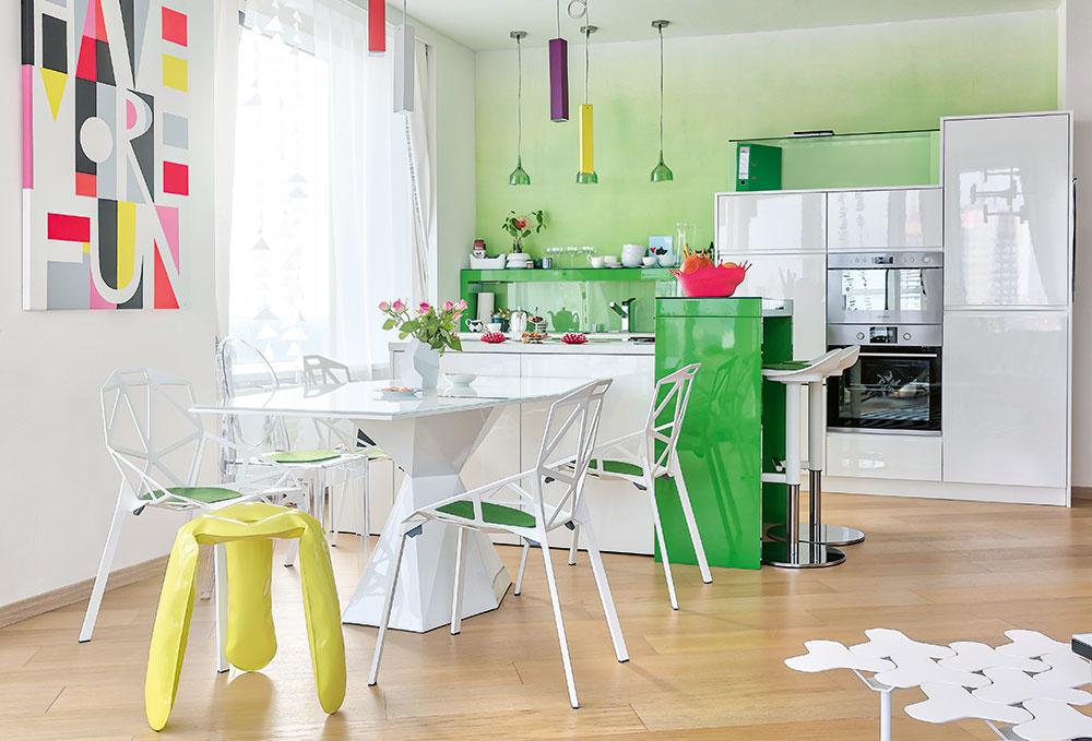 Ikonická jedáleň. Na tomto mieste sa stretli dnešné dizajnérske hviezdy: stôl z corianu je od Karima Rashida, známe stoličky od Konstantina Grcica dopĺňa legendárne plastové kresielko Ghost od Philippa Starcka. Plechovú stoličku, ktorá vyzerá ako nafukovacia, navrhol poľský dizajnér Oscar Zieta.