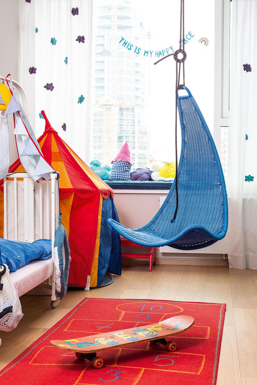 Detská izba bola ideálnym priestorom na maminu tvorivosť – závesy s obláčikmi evokujú veselú oblohu a detská postieľka je dotvorená tak, aby pripomínala loď. Dnes už slúži najmä ako sedačka, miesto na hranie  a spanie pre detské návštevy.