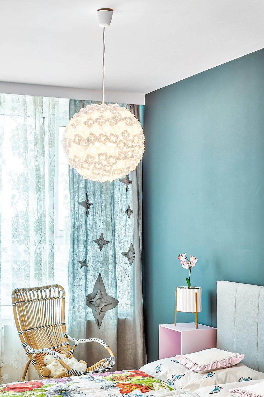 Známe papierové lampy z Ikey sú vďačným objektom na dotvorenie. Tú v spálni vyrobila Andrea podľa knihy o origami.