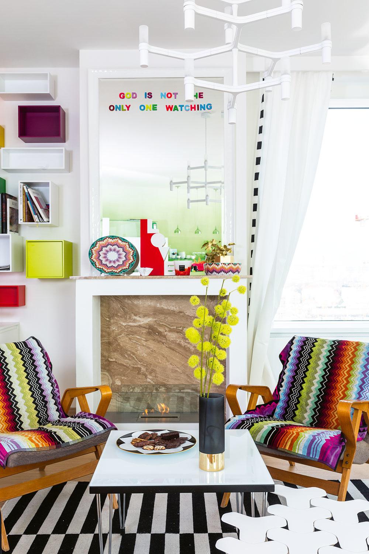 Interiér v takomto pestrom štýle určite nie je pre každého, milovníkov farieb však isto poteší. Navyše ponúka široký priestor na zmeny – základ je totiž jednoduchý a neutrálny, farby sem vnášajú najmä textílie, obrazy a drobnosti, ktoré sa dajú jednoducho obmieňať.
