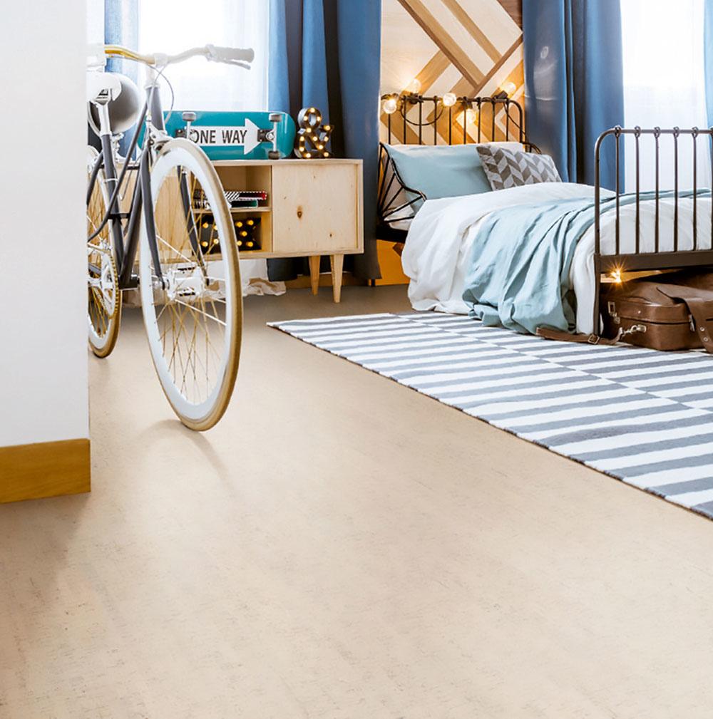 Korkové podlahy sú mäkké ateplé, a tým aj pohodlné pri chôdzi. Vďaka svojej pružnosti šetria kĺby achrbticu, dokážu tiež dobre pohlcovať zvuk. Počítajte však svyššou cenou. (Plávajúca podlaha snášľapnou vrstvou zkorku, dekor Wicanders Tracers Jasmin.  www.floor-experts.sk)