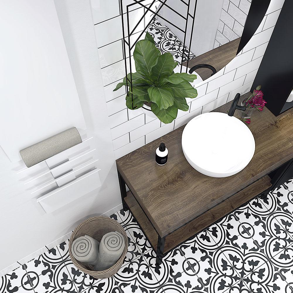 Biely radiátor takmer splýva so stenou. Pojme niekoľko uterákov, ktoré zároveň udrží dlho príjemne teplé. Pôsobivá zeleň visiaca zo stopu zas príjemne oživí priestor pri umývadle.