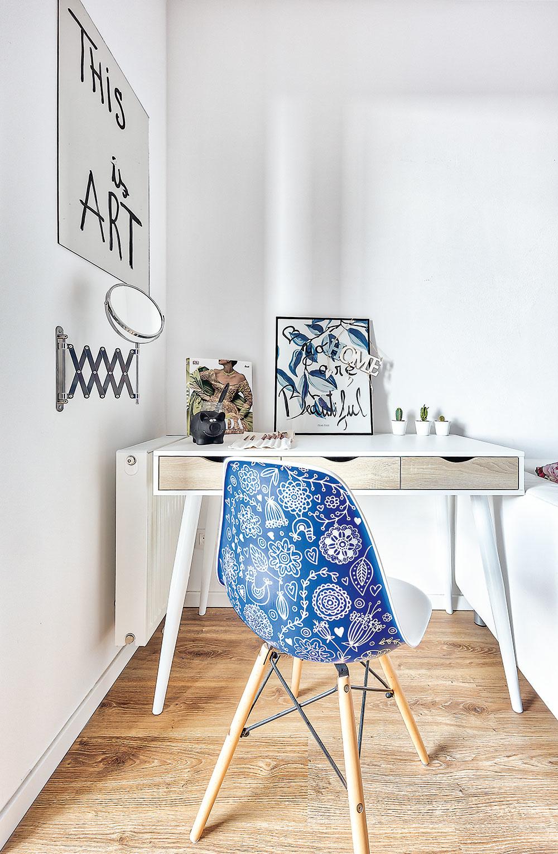 Originálna handmade stolička bola prvým kusom zariadenia, ktoré si Katka kúpila ešte predtým, ako mala kľúče od bytu. Našla ju na známom slovenskom portáli Sashe.sk, ktorý združuje šikovných handmade tvorcov. Mimochodom, táto stolička sa už niekoľkokrát ocitla aj na stránkach tohto časopisu.