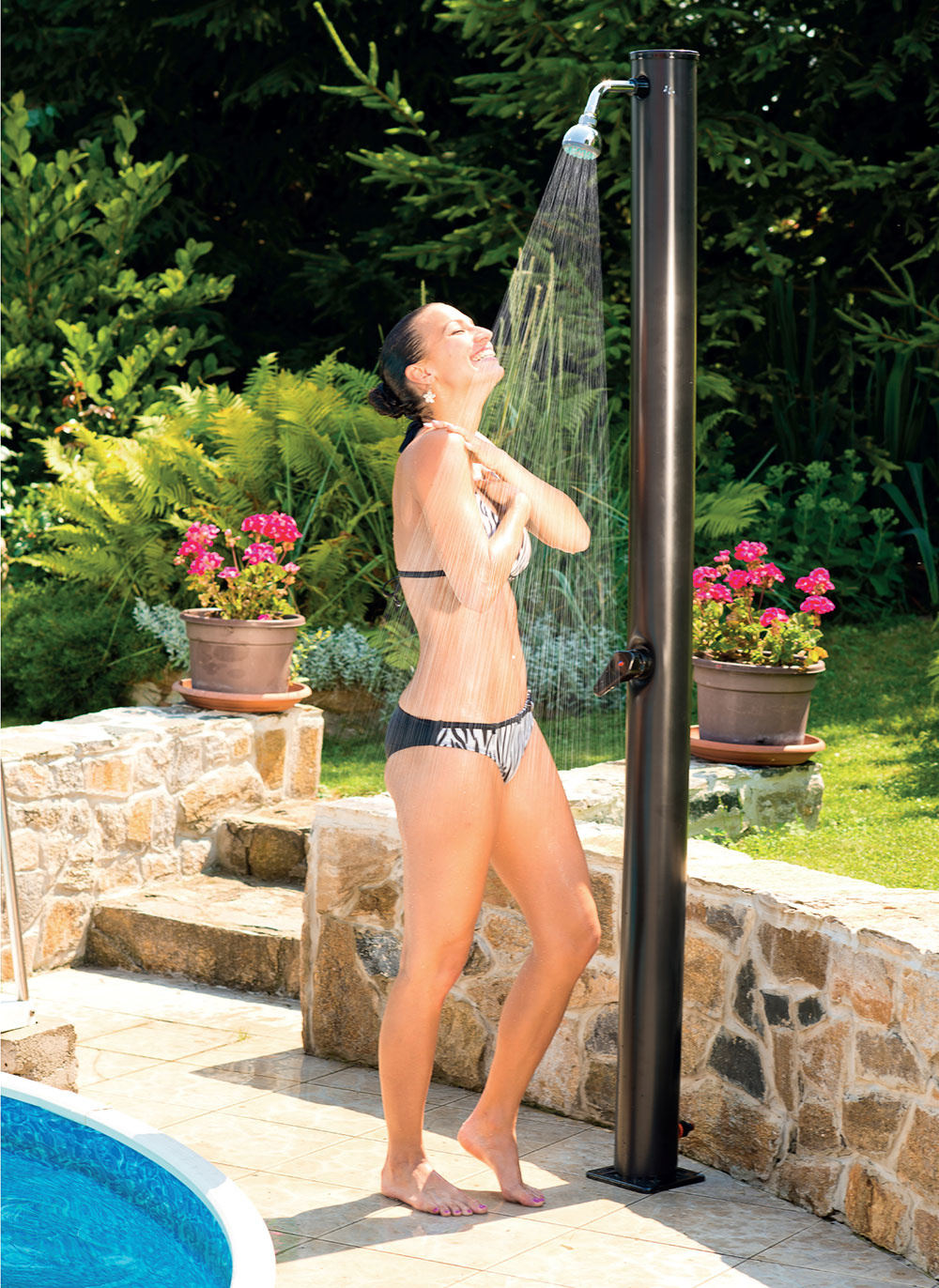 Solárnu sprchu Easy môžete využiť napríklad ako zdroj teplej vody pre osvieženie na záhrade alebo na osprchovanie pred vstupom do bazéna a po kúpaní.