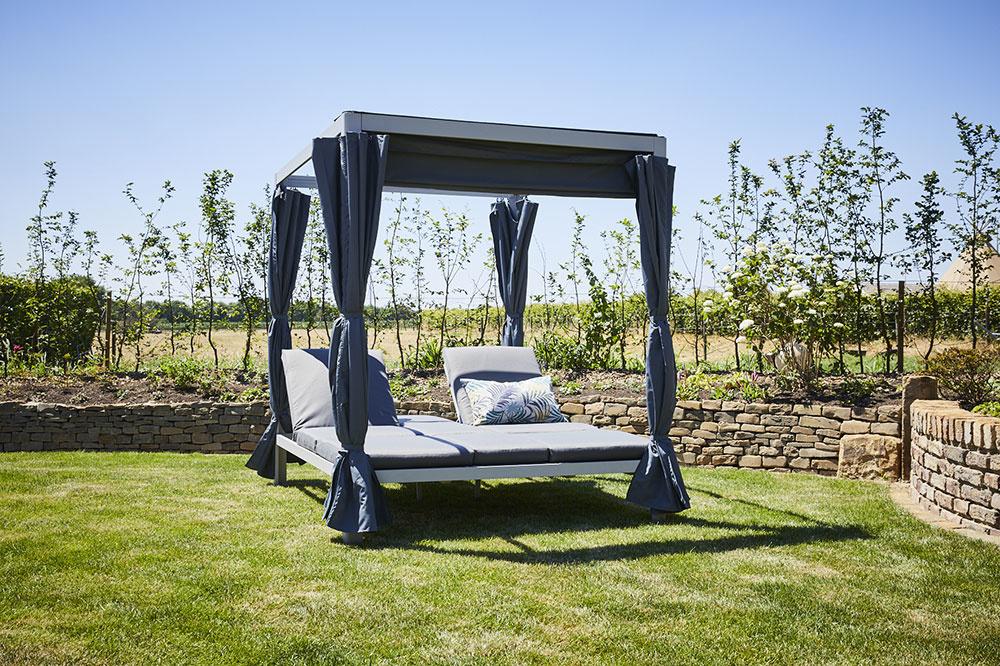 Altán Futosa má dve luxusné čalúnené ležadlá s obojstranným polohovaním pre dokonalý odpočinok.