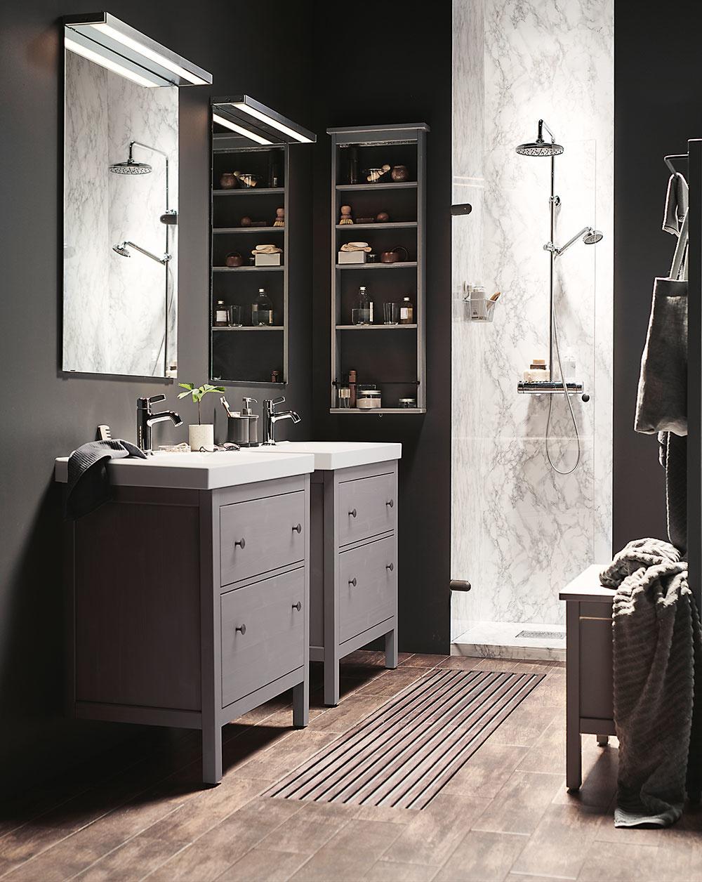 """Áno, možno je to také prvoplánové, ale väčšina mužov uprednostňuje vo svojej kúpeľni chladnejšie atmavšie farby, veľkoformátové obklady kombinované sdrevom adobré osvetlenie, aby sa im pri holení """"nešmykla"""" ruka. Nuž ajednoznačne vedie sprchovací kút pred vaňou. Muži sú praktickí asvoju očistu chcú mať raz-dva za sebou."""