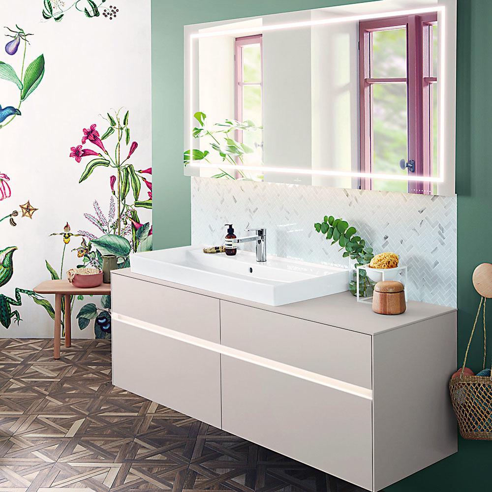 Tak tých nie je vženskej kúpeľni nikdy dosť. Ideálne sú skrinky pod umývadlom so zásuvkami, do ktorých môžeme schovať všetko, čo na svoju očistu potrebujeme, ale vystavené oku verejnosti to rozhodne byť nemusí. Ideálne sú iorganizéry na dekoratívnu kozmetiku apredeľovače, aby sme mali ovšetkom dobrý prehľad. Keď máte vkúpeľni dostatok úložného miesta, môžete zvyšok priestoru vyzdobiť rastlinami alebo aj živými kvetmi vo váze.