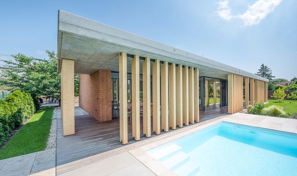 Členitý moderný dom vo Vrakuni s dvomi terasami a bazénom