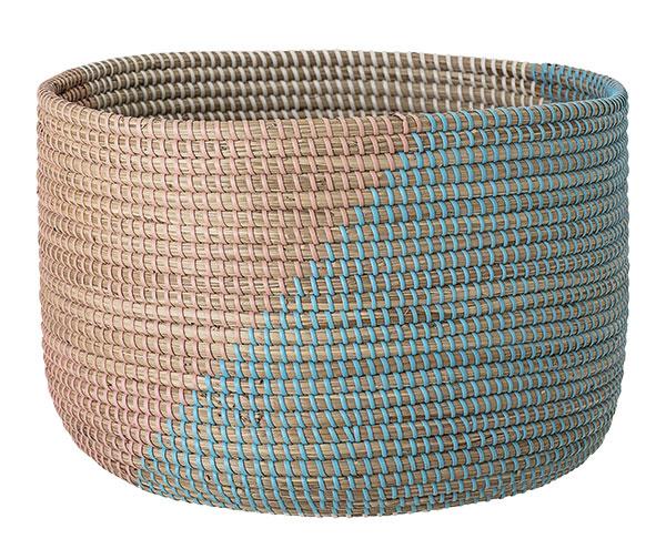 Pletený dvojfarebný kôš od značky Bloomingville, 38 × 25 cm, 75,76 €, www.bellarose.sk