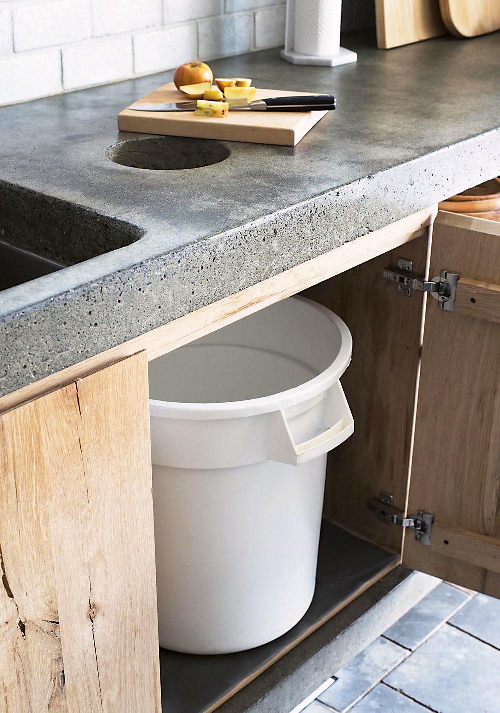 Nenápadný pomocník. Pri krájaní zeleniny určite oceníte šikovného pomocníka vpodobe koša ukrytého vskrinke. Kruhový otvor môžete zakryť dreveným alebo kovovým poklopom, ktorý bude celkom splývať spracovnou doskou.