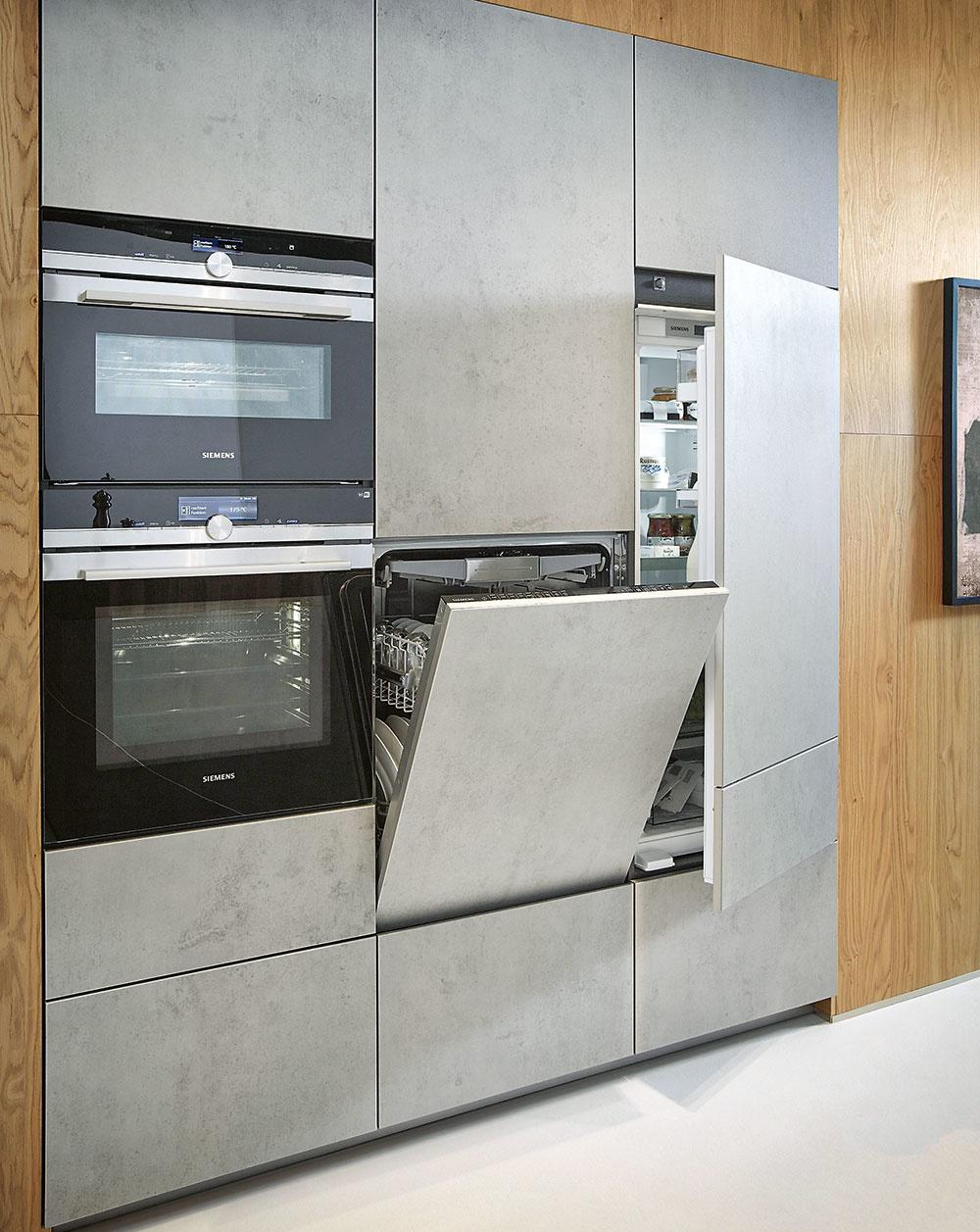 Na výške záleží. Spotrebiče si umiestnite tak, aby sa vám snimi pohodlne pracovalo. Umývačka riadu nemusí byť nutne zabudovaná iba pod kuchynskou linkou. Váš chrbát určite ocení, ak si ju umiestnite opár centimetrov vyššie.