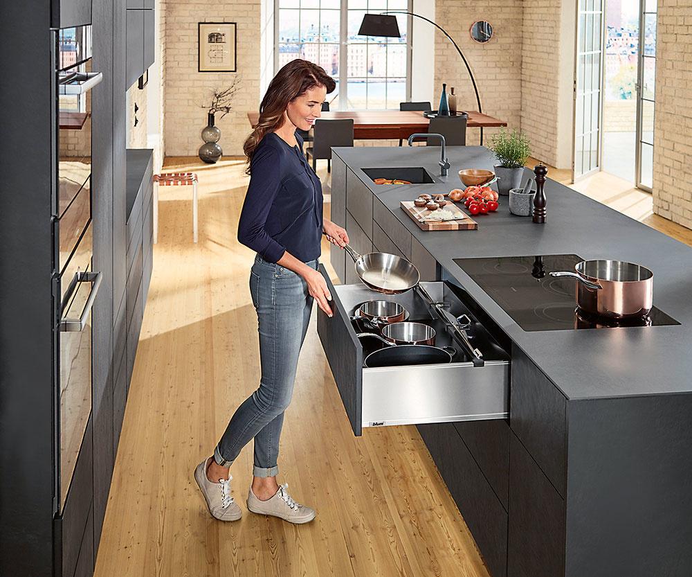 Ak je okolo varnej dosky dostatok miesta zkaždej strany, bude sa vám pohodlne variť. Všetky hrnce apomôcky potrebné na varenie si uložte čo najbližšie, ideálne priamo pod varnú dosku.