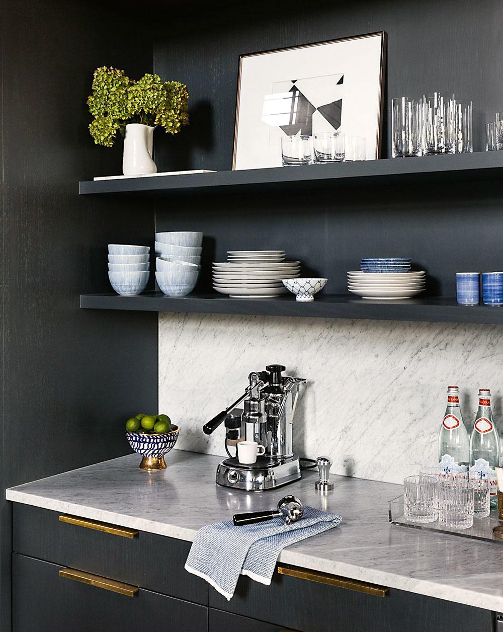 Kútik pre kávičkárov imilovníkov vína. Je príjemné, ak majú napríklad nápoje vyčlenený priestor mimo pracovnej plochy. Do spodnej časti si môžete zabudovať vinotéku, na dosku umiestniť kávovar apoličky zaplniť pohármi.