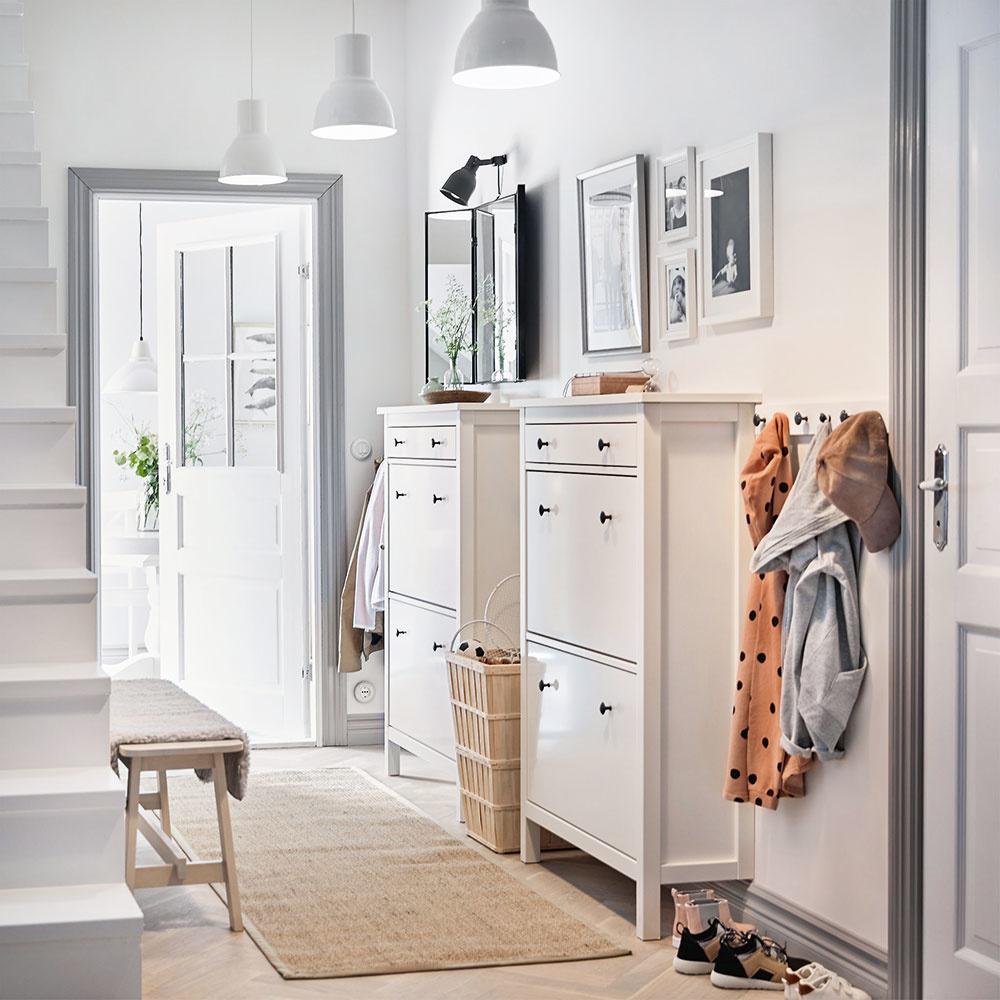 Dosiahnuť útulnosť chce trošku cviku, ale aj pár dobrých rád. Ako vcelom interiéri, tak aj vpredsieni platí, že záleží najmä na doplnkoch. Kskrinkám na topánky, lavičke akošu na dáždniky nezabudnite vybrať menší jednofarebný koberec, nástenné vešiaky, ktoré ušetria priestor, množstvo obrázkov, zrkadlo, prípadne menšiu izbovú rastlinu.