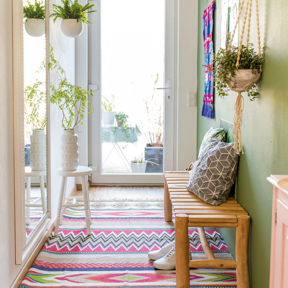 Malá predsieň bude originálna, ak sa vyhráte sfarbami. Jedna farebná stena pekne ukáže, zároveň priestor opticky nezúži. Pestré farby sú vhodné najmä na doplnkoch. Pink, fialová ajabĺčková zelená na koberci aobraze dopĺňajú jednoduchý nábytok zo svetlého dreva. Šmrnc celému priestoru dodávajú črepníkové rastliny zavesené vmakramé kvetináči.