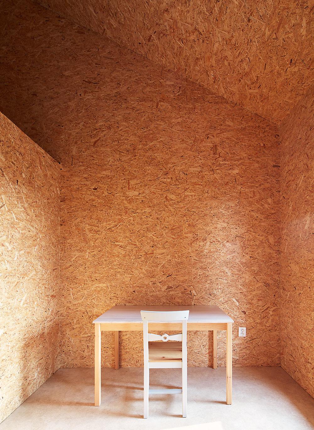 Na detskú izbu sneveľkou podlahovou plochou na prízemí nadväzuje galéria pod šikmou strechou, určená na spanie. Miestnosť sa tým efektívne zväčšila azároveň získala na atraktívnosti.
