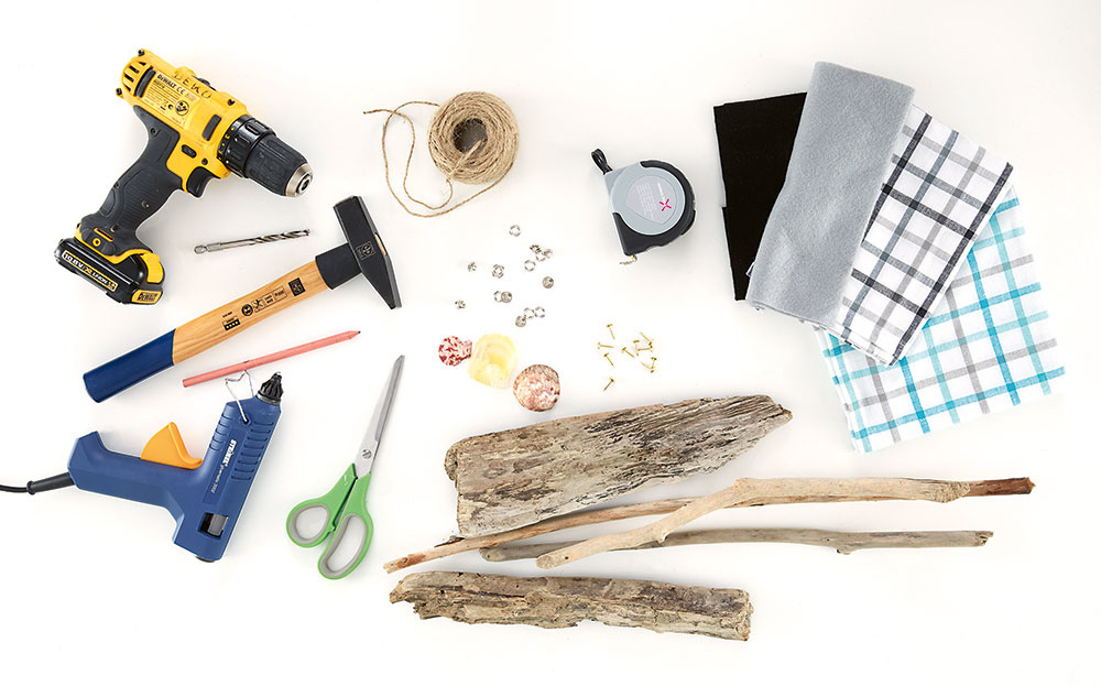 Potrebujeme drevo, motúz, lepiacu pištoľ, plátno zutierky, krúžky, kamienky, mušle, korok, klince anáradie.