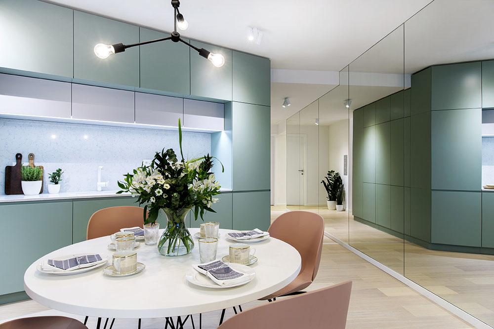 MATNÁ ZELENÁ KUCHYŇA tvorí so šatníkovou stenou vpredizbe jeden nábytkový kus, ktorý je akýmsi charakteristickým prvkom bytu adáva mu moderný škandinávsky nádych.