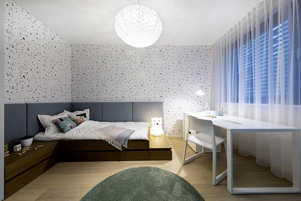 V UNIVERZÁLNEJ DETSKEJ IZBE je posteľ súložným priestorom, pracovný stôl akomoda. Detskú navrhli architekti neutrálne, aby mohla slúžiť pre dievčatá aj chlapcov.