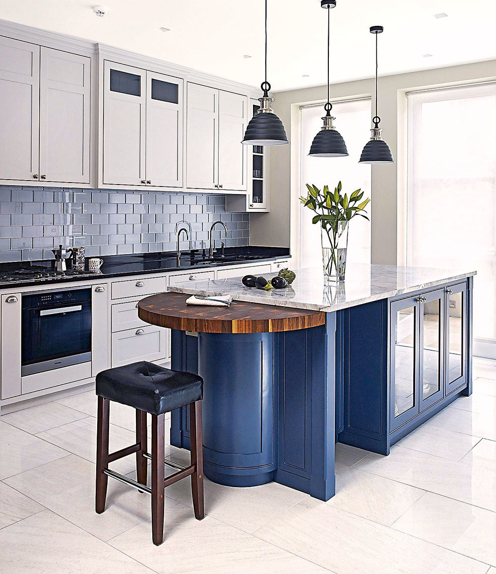 Ostrovček sa môže od zvyšku kuchynskej linky a úložných priestorov výrazne odlíšiť farebnosťou, prípadne i štruktúrou a materiálom. Nemusíte sa toho vôbec báť – vaša kuchyňa tak získa dramatický a výrazný prvok.