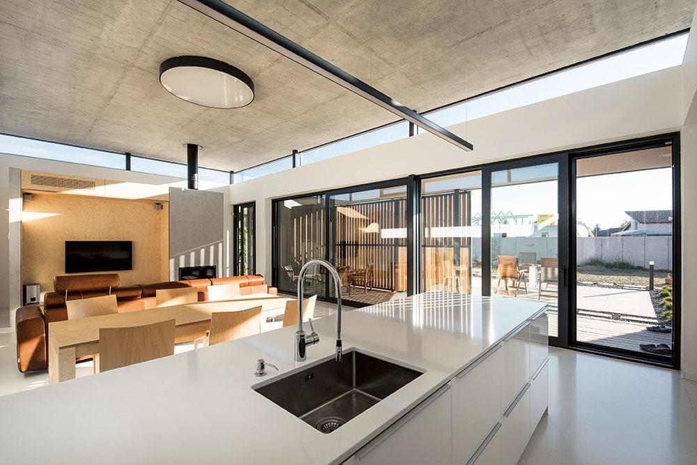 Zariadenie celého domu je veľmi čisté a minimalistické, no vďaka správnej miere zaujímavých detailov interiér nepôsobí nudne.