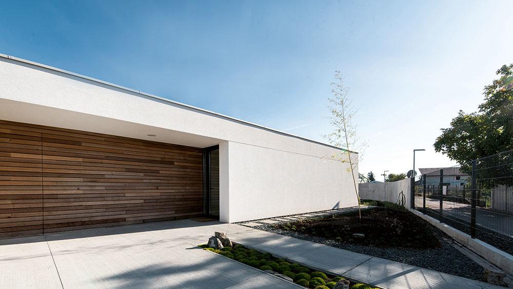 Vizuálnu jednoduchosť a prírodný charakter domu má dotvoriť aj bambusová záhrada, ktorá je v súčasnosti vo fáze realizácie.