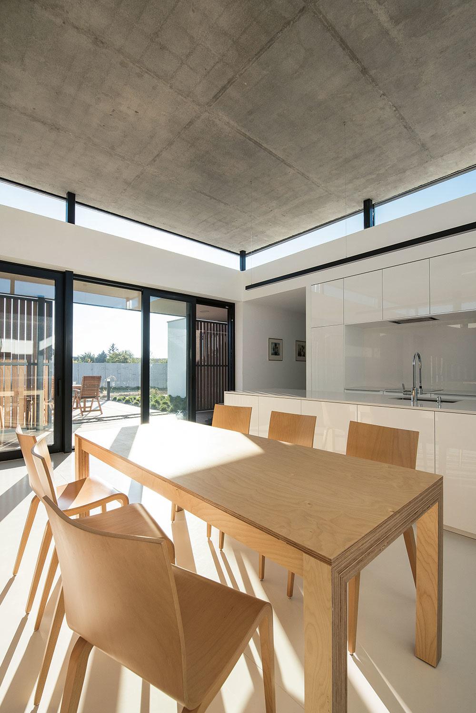 Biela farba a drevo sú dominantou tak interiéru, ako aj exteriéru.