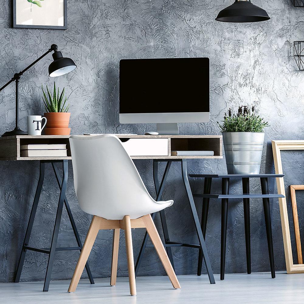 Na pracovnom stole by nemala chýbať stolová lampa umiestnená tak, aby sme očami priamo nevideli zdroj svetla, ktorý by nás mohol oslňovať. Ak ste praváci, dajte ju na ľavú stranu stola. Pri písaní rukou si vďaka tomu nebudete tieniť. Veľmi dôležitá je aj voľba správnej farby svetla. Kým vdomácnostiach sme zvyknutí skôr na teplé biele svetlo pôsobiace upokojujúco, vkancelárii potrebujeme zvýšiť pozornosť astav bdelosti, preto sú odporúčané skôr svetelné zdroje vyžarujúce neutrálne alebo studené biele svetlo.