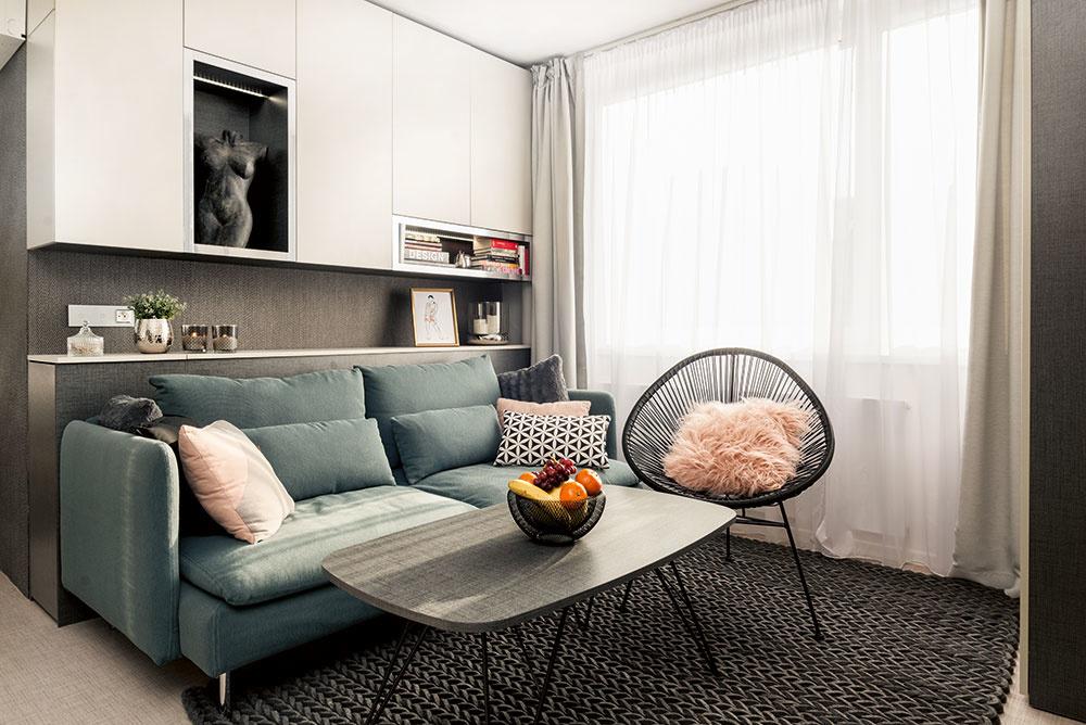 Sivý základ interiéru je doplnený pastelovými tónmi, medzi ktorými nechýba ani ružová alebo zamatová šalviová zelená.