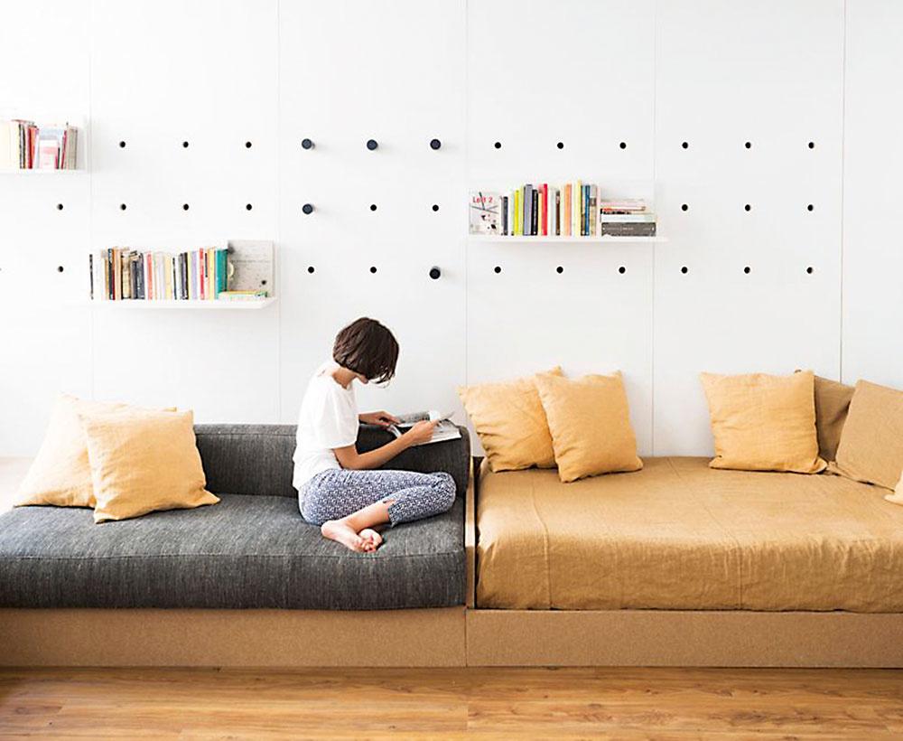 """Deti rastú rýchlo, atak prvý nízky detský nábytok bude potrebné po čase vymeniť za iný, vhodnejší. Je dobré myslieť na to už vpredstihu aizbu už na začiatku zariadiť kombináciou vysokých inízkych skriniek. Veľmi dôležitá je posteľ. Radšej im kúpte už vpredškolskom veku """"riadnu"""" posteľ srozmermi 200 × 90 cm askvalitným matracom, ako neskôr kupovať väčší rám anový matrac. Kým je dieťa malé, môžete posteľ vybaviť zábranou. Na hračky vytvorte prehľadné skrine alebo vysúvateľné koše, do ktorých sa bude dať všetko rýchlo aľahko upratať. Súložnými priestormi to veľmi nepreháňajte, aby sa deti naučili vsprávnom čase so svojimi staršími hračkami rozlúčiť."""