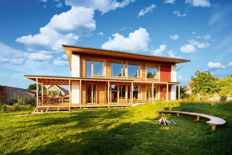 Za tri roky si z hliny, dreva a slamy svojpomocne postavil pasívny dom