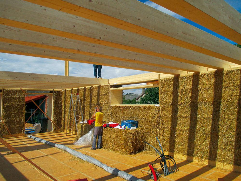 Konštrukčný systém stien je kombináciou drevenej konštrukcie aslamených balíkov, vodorovné konštrukcie sú znosníkov vpodlahe adrevených hranolov vstrope astreche.