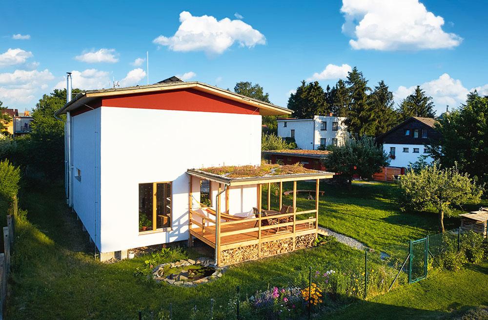 Dom spravidelným obdĺžnikovým pôdorysom je nepodpivničený, má jedno nadzemné podlažie apodkrovie. Sedlová vegetačná strecha smiernym sklonom 10° aväčšími presahmi poskytuje dostatočnú ochranu fasády pred poveternostnými vplyvmi aj pred letným slnkom. Okná na južnej fasáde sú chránené pergolou, zterasy pod ňou sa dá pohodlne prejsť priamo do záhrady.