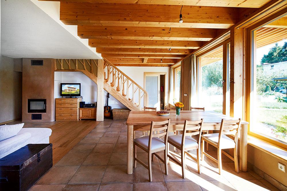 Interiér plný dreva má silnú atmosféru. Je to aj vďaka unikátnemu schodisku zjaseňového dreva so zábradlím vtvare stromu. Prírodu do interiéru vnášajú aj hlinené omietky, vlastnoručne vyrobený nábytok, široké drevené parapety, oheň vkozube anajmä plynulé prepojenie vnútorného avonkajšieho priestoru vďaka zasklenej južnej stene.
