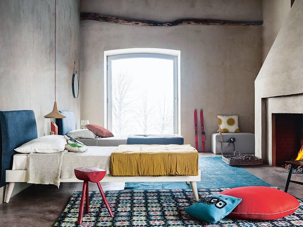 K posteli by mal byť ľahký prístup, aby ste sa v noci nepotkýnali o nábytok naokolo. Nie je ideálne, ak je posteľ priamo pod oknom či medzi dvoma oknami, alebo priamo pri zdroji tepla – radiátore, kozube. Ale je veľmi príjemné natočiť si posteľ smerom ku kozubu a oddychovať s pohľadom na plápolajúce drevo. V miestnosti s oknom na jednej strane a dverami na protiľahlej umiestnite posteľ tak, aby ste okno aj dvere mali po jej stranách. Nenasmerujte si posteľ oproti vstupným dverám; mohli by narušiť pocit intimity a bezpečia.