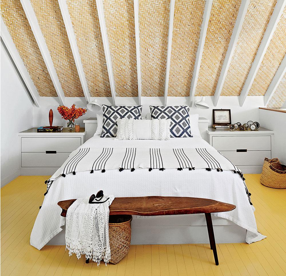 Minimálna šírka postele pre jednu osobu je 80 cm. Šírka manželskej postele musí byť najmenej 160 cm. Mala by byť o 25 cm dlhšia ako je vaša výška. Veľa ľudí zabúda na optimálnu výšku postele – 45 až 55 cm aj s matracom. Pokiaľ ste nižšieho vzrastu alebo máte problémy s kĺbmi, zvoľte posteľ o čosi nižšiu. Pre väčší komfort odporúčame manželskú posteľ s dvomi matracmi. Ak si vyberiete jeden spoločný matrac, musíte rátať s tým, že budete cítiť každý partnerov pohyb či otočenie.