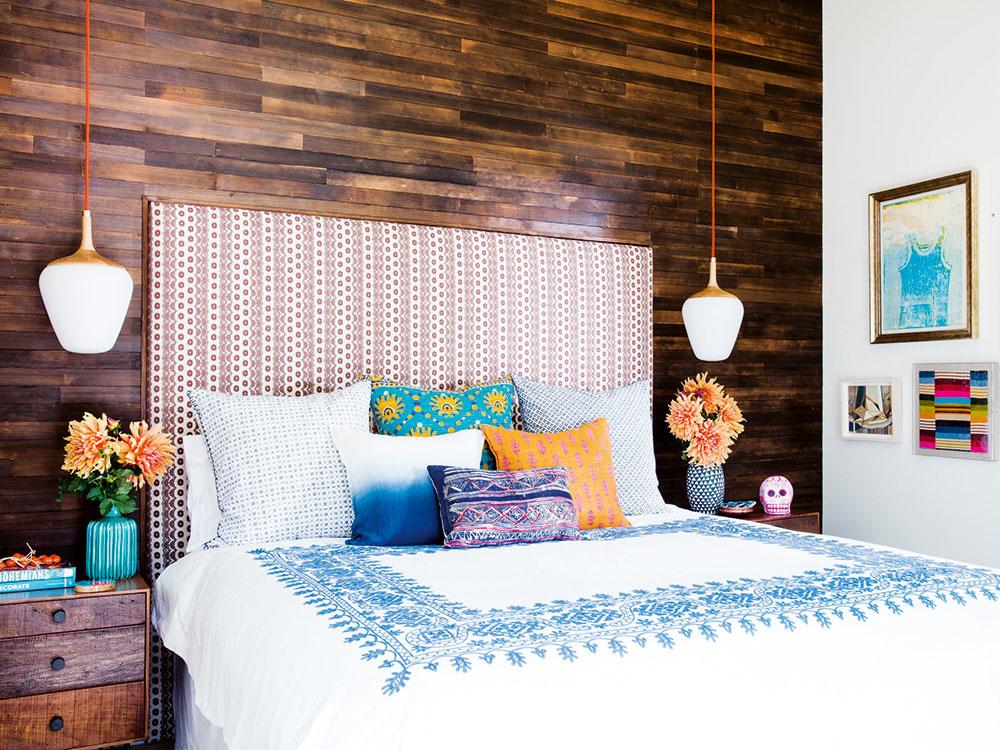 Stropné svietidlo v spálni neumiestňujte priamo nad posteľ. Okrem centrálneho osvetlenia si spálňa žiada i doplnkové, bočné či náladové svetlá. Nočné lampy by mali mať nepriehľadné tienidlo, ktoré po stranách zakrýva žiarovku. LED lišty zabudované v nábytku či pod posteľou sú praktické a v spálni vytvoria príjemnú atmosféru. Zaspať vám pomôžu zatemňovacie rolety či ťažké závesy. Teplotu v miestnosti na spanie udržujte medzi 17 a 19 °C, miestnosť dostatočne a často vetrajte.