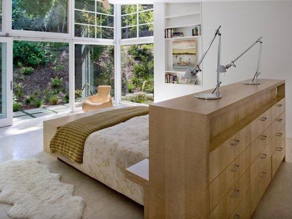 V prípade obdĺžnika myslite skôr na to, ako ju čo najlepšie opticky rozdeliť na dve zóny – posteľ šup na jednu stranu a kreslá a stolík do druhej časti.