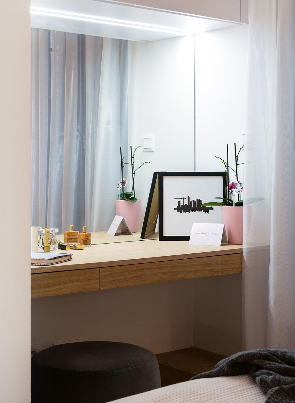 Toaletný stolík sveľkým zrkadlom