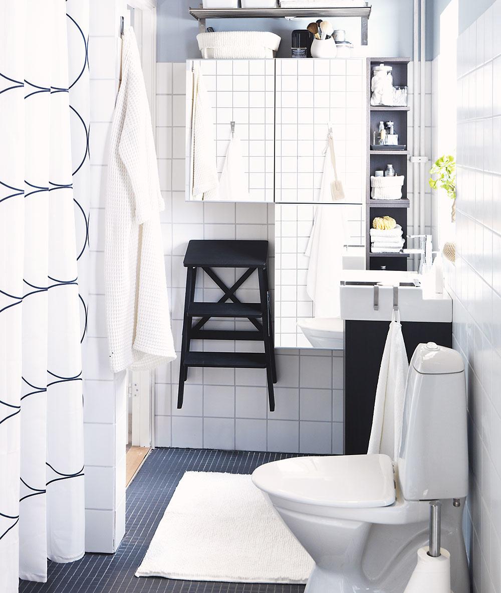 malá kúpeľňa s bielymi obkladačkami a zrkadlovými skrinkami