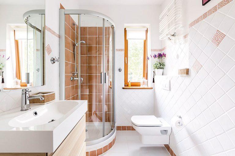 Niekoľko dobrých fínt, ako do malej kúpeľne vmestíte všetko potrebné