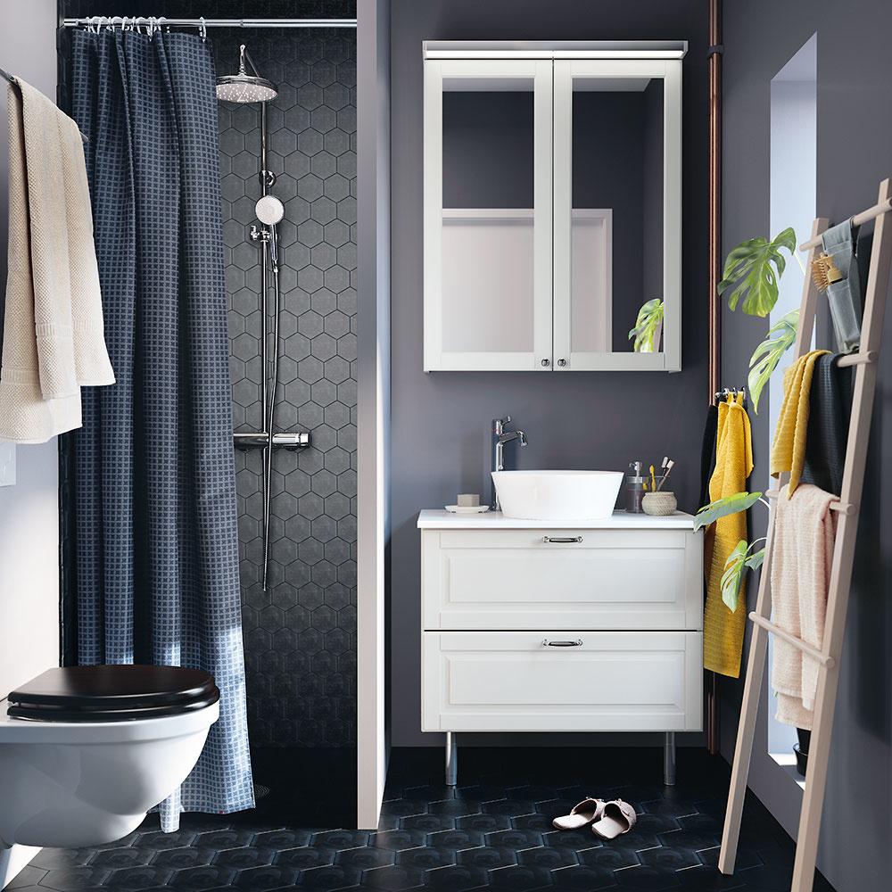 malú kúpeľňa s tmavými obkladačkami