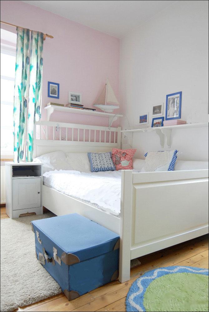 drevená posteľ