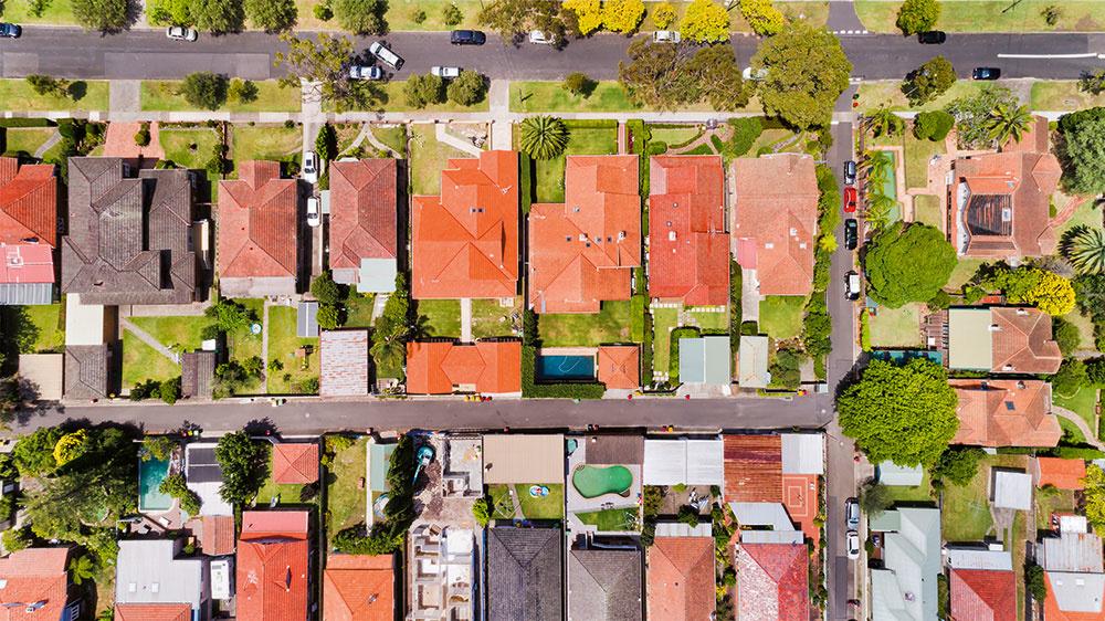 O vyhliadnutom pozemku si zistite čo najviac informácií na katastri a u vlastníkov inžinierskych sietí. Pozornosť venujte aj územnému plánu – dozviete sa z neho napríklad to, aká výstavba sa plánuje v okolí.