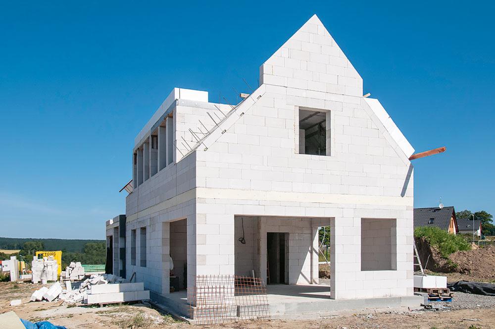 Do domu stavaného dodávateľsky sa môžete v ideálnom prípade sťahovať už o rok, výhodou je aj záruka na odvedenú prácu (dôležitá je správna zmluva). Svojpomocná výstavba trvá obvykle podstatne dlhšie, dá sa ňou však ušetriť 10 až 30 % nákladov a všetko budete mať dokonale pod kontrolou. Podmienkou ale je, že sa vyznáte v stavebných technológiách a ste ochotní tráviť na stavbe pomerne veľa času.