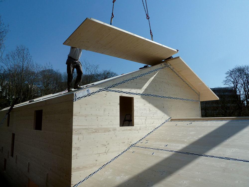 Ak by sme porovnávali drevostavbu a murovaný dom realizované skúsenými stavebnými firmami, zásadný časový rozdiel medzi nimi nebude. Hrubá stavba montovaného drevodomu je hotová za niekoľko dní, rozdiel oproti murovanému domu sa však počíta tiež len na dni. Omnoho dlhšie, rádovo mesiace, trvajú dokončovacie práce, a tu v podstate rozdiel medzi drevostavbou a murovaným domom nie je. Rýchlejšie bude teda hotový dom, ktorý je menší a jednoduchší.