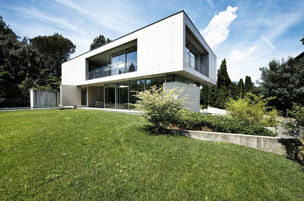 Projekt typového rodinného domu môžete kúpiť aj za menej než 1 000 €. Projekt na mieru stojí minimálne dvojnásobok. Cena závisí od veľkosti a zložitosti stavby a tiež od toho, či ide len o jednoduchý projekt na stavebné povolenie, alebo podrobný realizačný projekt s technickými detailmi a výkazom výmer, podľa ktorého si môžete dať urobiť presný rozpočet a dom postaviť. V každom prípade však ide v porovnaní s cenou stavby o zanedbateľnú čiastku.