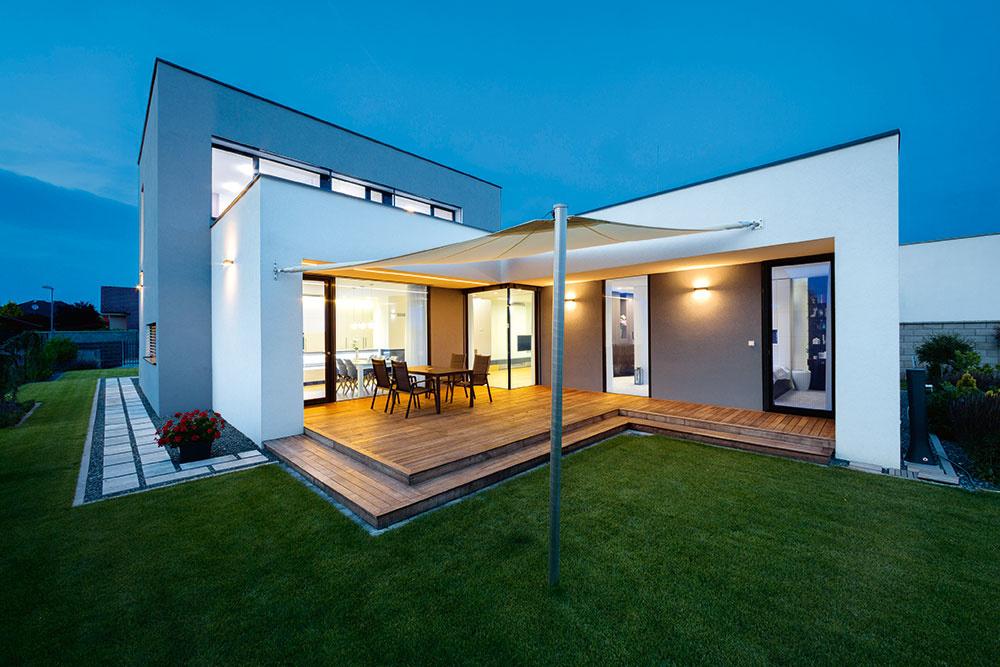 Plochou strechou sa dá čisto a jednoducho prekryť dom s v podstate ľubovoľným pôdorysom. Jej presahy sa môžu využiť na zatienenie zasklených plôch, čím sa elegantne a účinne obmedzí letné prehrievanie interiéru.
