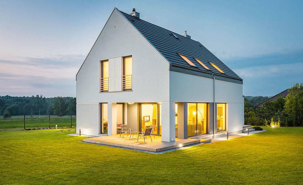 Modernej architektúre vládne jednoduchosť a tá pristane aj strechám. Jednoduché sedlové strechy, ktoré boli oddávna typické pre vidiecke domy v našich končinách, sa aj dnes tešia u architektov veľkej obľube – stavbe dodajú tradičnú siluetu, vďaka ktorej harmonicky zapadne do vidieckeho prostredia, a zároveň si zachová vkusnosť aj súčasný charakter.